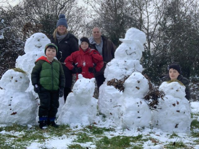 Booth-family-snowman-family-in-woods-_n